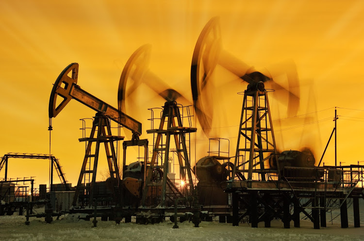 Oil falls as lockdowns dampen demand in China